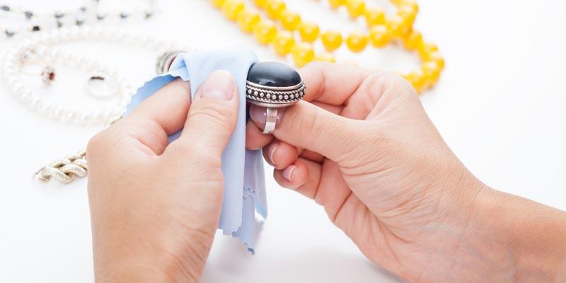Как почистить бижутерию от потемнения в домашних критериях?